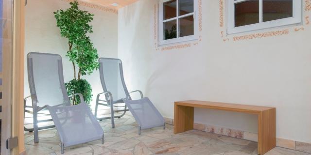centro-benessere_lettini-relax_hotel-villa-rosella_canazei_val-di-fassa_dolomit_trentino-15