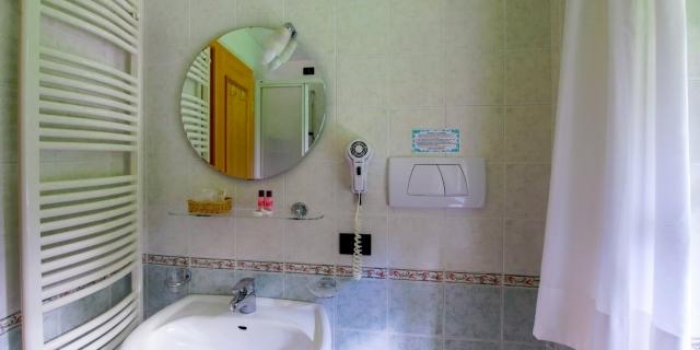 bagni-camere-a-canazei-a-canazei_camere-a-canazei_hotel-villa-rosella_hotel-a-canazei_canazei_val-di-fassa_dolomiti_trentino-25