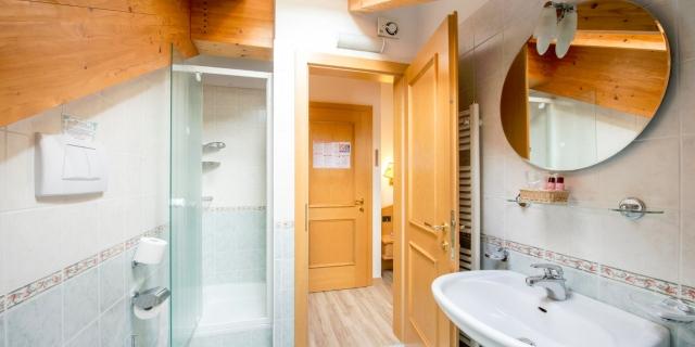 bagno-camera-matrimoniale-a-canazei_camere-a-canazei_hotel-villa-rosella_hotel-a-canazei_canazei_val-di-fassa_dolomiti_trentino-2