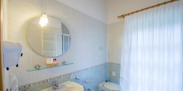 bagno-camera-matrimoniale-a-canazei_camere-a-canazei_hotel-villa-rosella_hotel-a-canazei_canazei_val-di-fassa_dolomiti_trentino-37