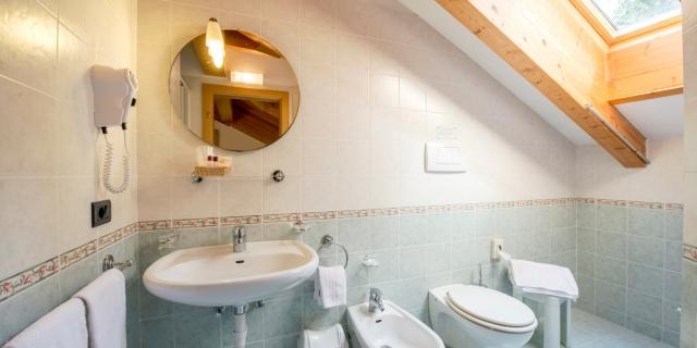 bagno-camera-matrimoniale-a-canazei_camere-a-canazei_hotel-villa-rosella_hotel-a-canazei_canazei_val-di-fassa_dolomiti_trentino-4