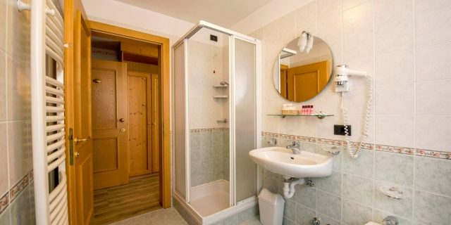 bagno-camera-quadrupla-a-canazei_camere-a-canazei_hotel-villa-rosella_hotel-a-canazei_canazei_val-di-fassa_dolomiti_trentino-9