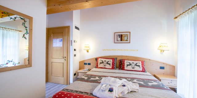 camera-matrimoniale-a-canazei_camere-a-canazei_hotel-villa-rosella_hotel-a-canazei_canazei_val-di-fassa_dolomiti_trentino-1