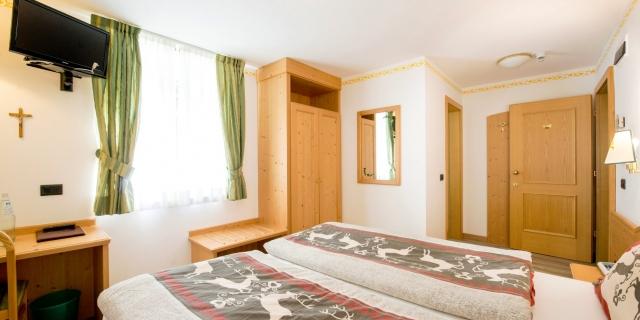 camera-matrimoniale-a-canazei_camere-a-canazei_hotel-villa-rosella_hotel-a-canazei_canazei_val-di-fassa_dolomiti_trentino-24