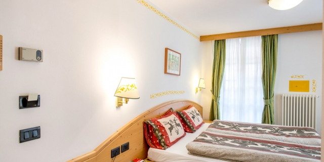 camera-matrimoniale-a-canazei_camere-a-canazei_hotel-villa-rosella_hotel-a-canazei_canazei_val-di-fassa_dolomiti_trentino-28