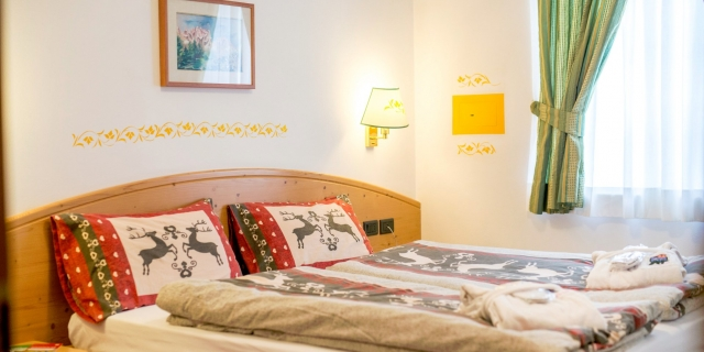 camera-tripla-a-canazei_camere-a-canazei_hotel-villa-rosella_hotel-a-canazei_canazei_val-di-fassa_dolomiti_trentino-14