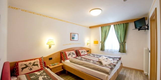 camera-tripla-a-canazei_camere-a-canazei_hotel-villa-rosella_hotel-a-canazei_canazei_val-di-fassa_dolomiti_trentino-16