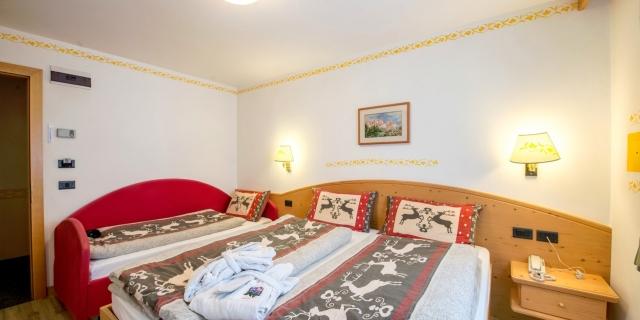 camera-tripla-a-canazei_camere-a-canazei_hotel-villa-rosella_hotel-a-canazei_canazei_val-di-fassa_dolomiti_trentino-17