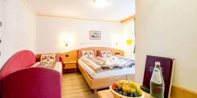 camera-tripla-a-canazei_camere-a-canazei_hotel-villa-rosella_hotel-a-canazei_canazei_val-di-fassa_dolomiti_trentino-21