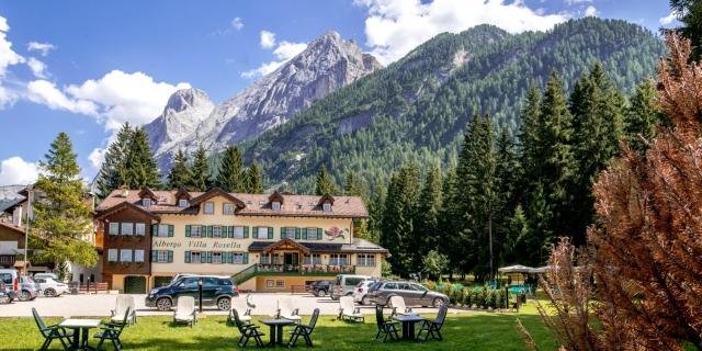 facciata-frontale_hotel-villa-rosella_canazei_val-di-fassa_dolomit_trentino-1