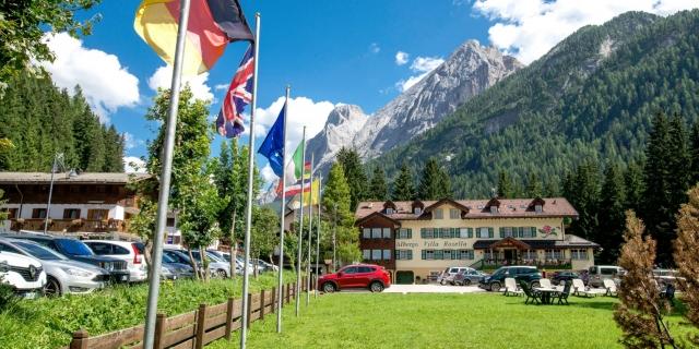 facciata-frontale_hotel-villa-rosella_canazei_val-di-fassa_dolomit_trentino-3