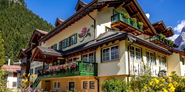fontana-e-facciata_hotel-villa-rosella_canazei_val-di-fassa_dolomit_trentino-12