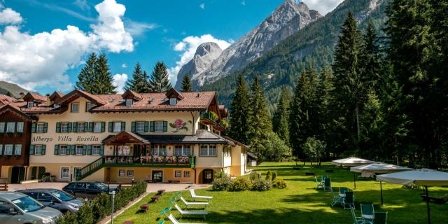 parco-con-facciata-e-montagna_hotel-villa-rosella_canazei_val-di-fassa_dolomit_trentino-24