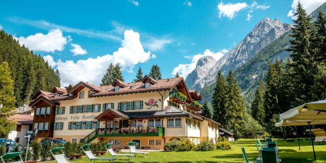 parco-e-facciata_hotel-villa-rosella_canazei_val-di-fassa_dolomit_trentino-23