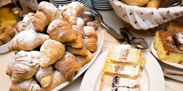 buffet-per-colazioni_hotel-villa-rosella_canazei_val-di-fassa_dolomit_trentino-8