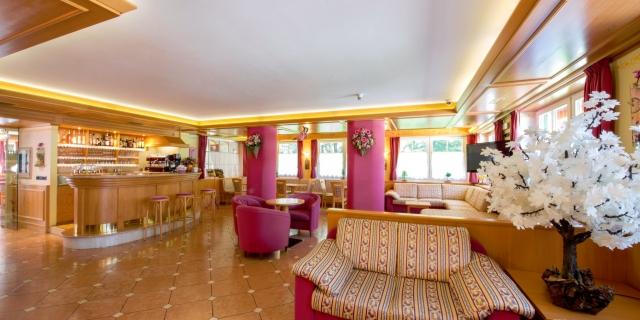 reception-hall-bar_hotel-villa-rosella_canazei_val-di-fassa_dolomit_trentino-5