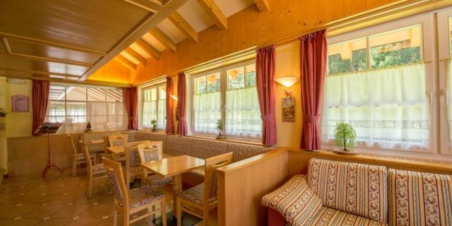 sala-lounge_hotel-villa-rosella_canazei_val-di-fassa_dolomit_trentino-9